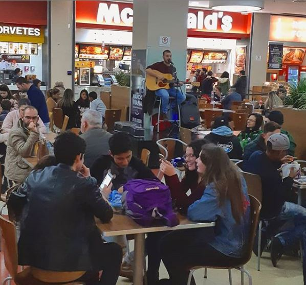Música ao vivo na praça - Royal Plaza Shopping