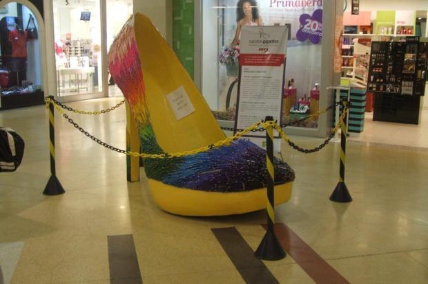 Sapatos gigantes são alvo de vandalismo no Royal Plaza Shopping - Royal Plaza Shopping