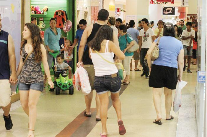 Comércio sem espaço para a crise - Royal Plaza Shopping