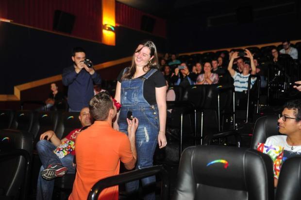VÍDEO: jovem pede namorada em casamento em sessão de cinema em Santa Maria - Royal Plaza Shopping